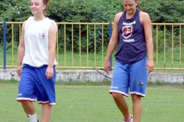 Rozohrávačky. Nová hráčka Rožňavy Natália Spodniaková (vpravo) na tréningu spolu s Dianou Beňuškovou.