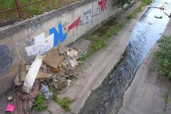"""Odpad. Tieto """"kúsky"""" tvoria súčasť toku rieky rožňavského Drázusu."""