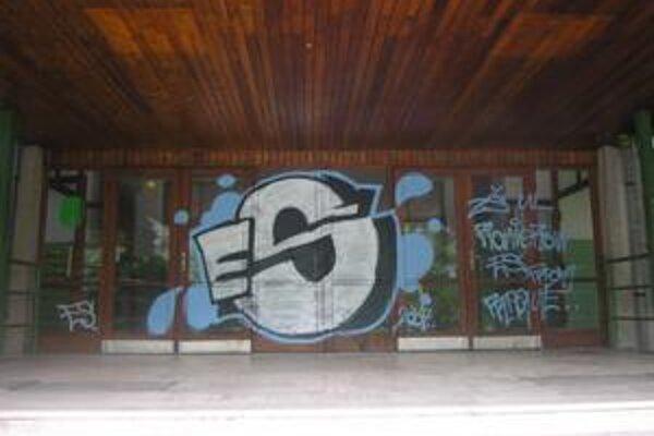 Sprejerstvo. Problém s pomaľovanými stenami musí riešiť nejedna škola.