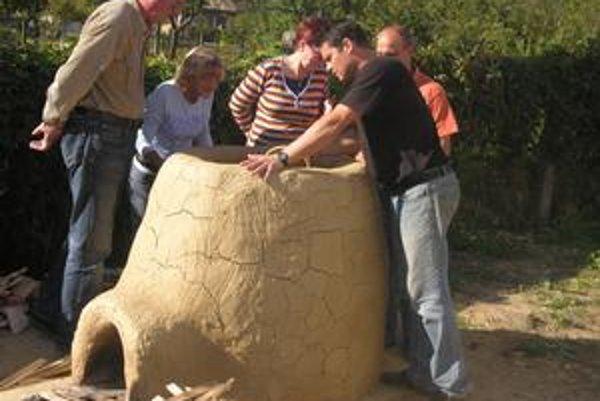 V akcii. Zoltán Horváth (prvý sprava) vysvetľoval postup pri kladení nádob do pece.