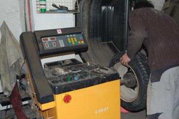 Proces výmeny pneumatík dlho netrvá, len klientov je teraz mnoho.