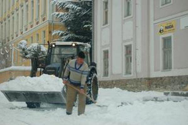 Aktivační pracovníci majú na starosti aj odpratávanie snehu.