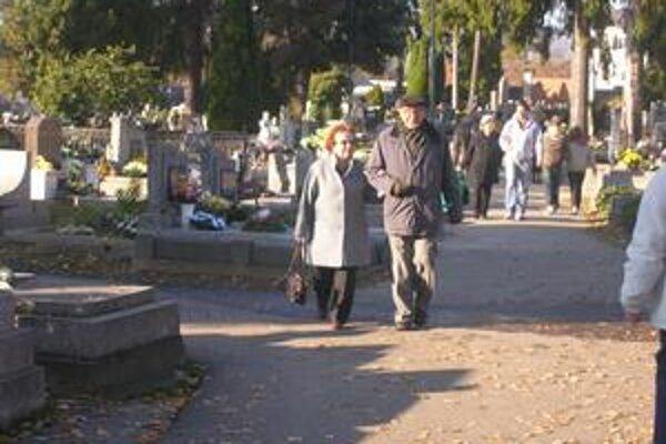 Na cintoríne. V Rožňave sa počas víkendu zišlo niekoľko stoviek návštevníkov.