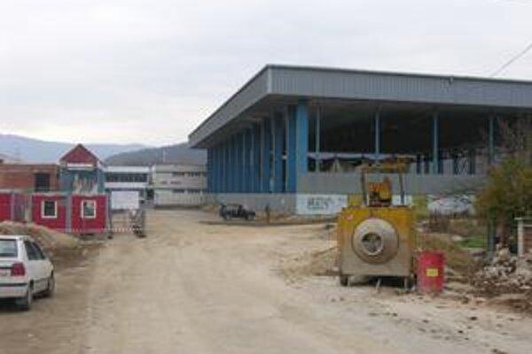 Parkovanie. Plocha parkoviska pri štadióne sa o niečo zmenšila, pretože tu stavajú multifunkčnú telocvičňu. Vodiči môžu preto využiť aj neďaleké parkovisko pri futbalovom ihrisku.