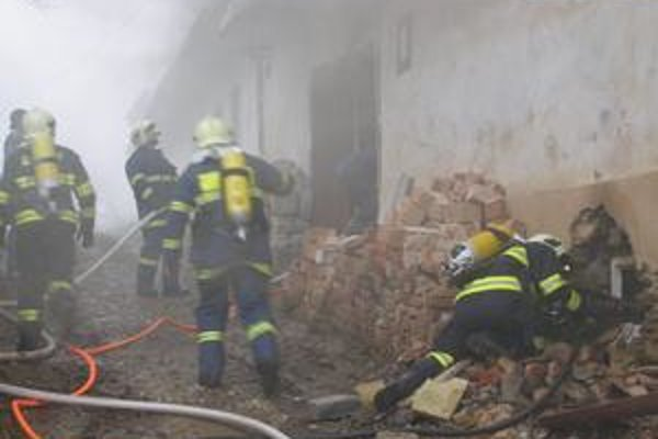 Požiar. Plamene zachvátili rodinný dom.
