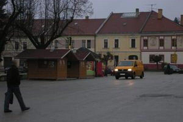 Drevené domčeky. Počas vianočných trhov budú využité pre predaj výrobkov ľudových remesiel.