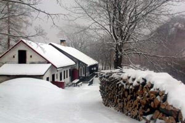 Pod Muránskym hradom. Romantiku bez elektriny umocní sneh, ak na Silvestra vôbec bude.