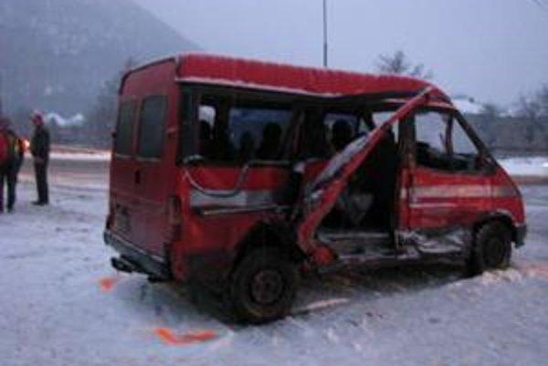 Bočný náraz autobusu neprežil jeden cestujúci z mikrobusu.