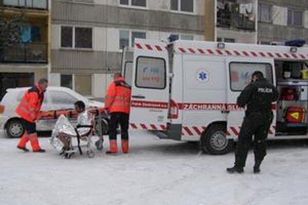 Bezdomovca ratovali záchranári.