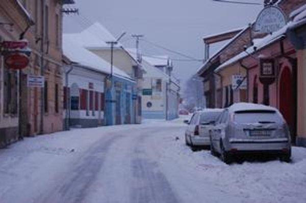 V Rožňave. Ako to už býva v meste po snežení, vodiči najmä v sobotu predpoludním nadávali na slabo upravené cesty.