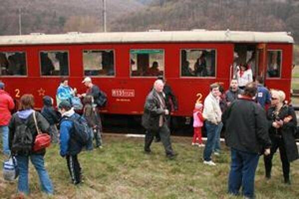 Náštevníci. Na historický motorový vlak sa prišli pozrieť desiatky ľudí.