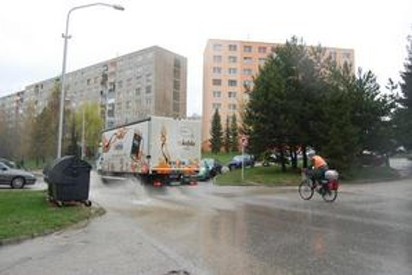 Sprcha na sídlisku Juh. Utŕži ju každý chodec či cyklista, keď po výmoli prejde čo i len trochu rýchlejšie nejaké auto.