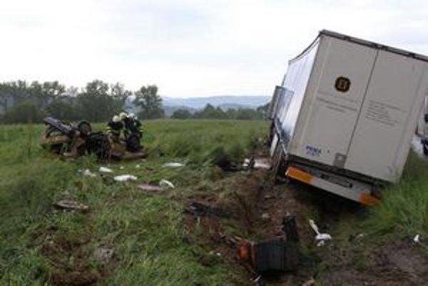 Vážna nehoda sa, žiaľ, skončila smrťou 40-ročnej vodičky.
