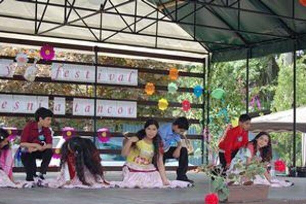 Tance. Deti predviedli rómske tance aj piesne.