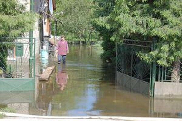 Zaplavené domy aj záhrady. Voda v nich klesá len pomaly.