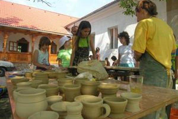 Remeselnícky tábor. V Krásnohorskej Dlhej Lúke museli pre nedostatok peňazí obmedziť jeho program.