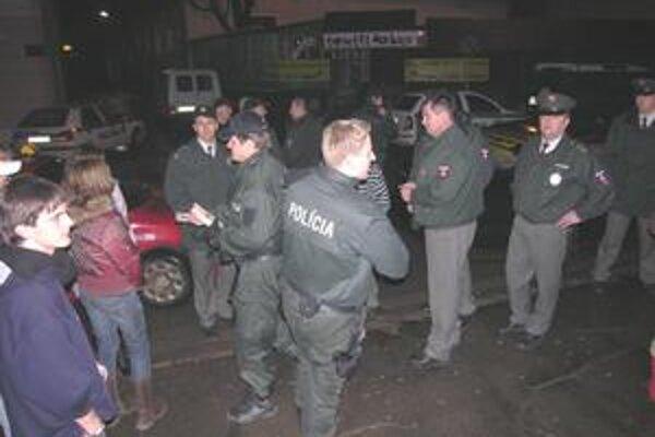 Policajné razie. Aj táto bola presne na miestach, kde ľudia žiadajú prítomnosť aspoň dvoch policajtov v nočných hodinách z piatkov na soboty.
