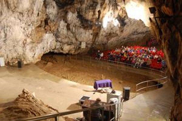 Koncertná sieň. V jaskyni Baradla sa stali koncerty historickej hudby už tradíciou.