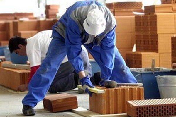Pracovné miesta chce štát podporiť novými príspevkami. Viaceré firmy ich spochybňujú.