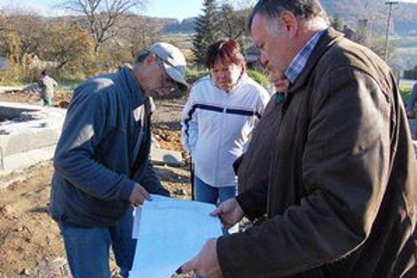 Kontrolný deň. Poslanec Kossuth (vpravo) trvá na zosúladení stavby s projektom.