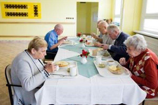 Dôchodcovia. Často sú odkázaní na pomoc druhých, pretože im príbuzní buď nevedia pomôcť alebo žiadnych nemajú.