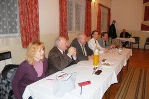 Komisia. Jej členovia sa nemali kedy nudiť, voliči prichádzali počas celého dňa.