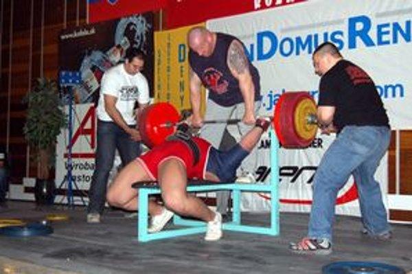 Súhra. Pri pokuse v tlaku na lavičke je dôležitá súhra celého tímu okolo pretekára.
