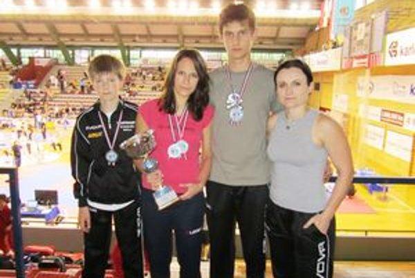 Trojica pretekárov Taekwondo Hakimi Rožňava s trénerkou Norou Kiššovou.