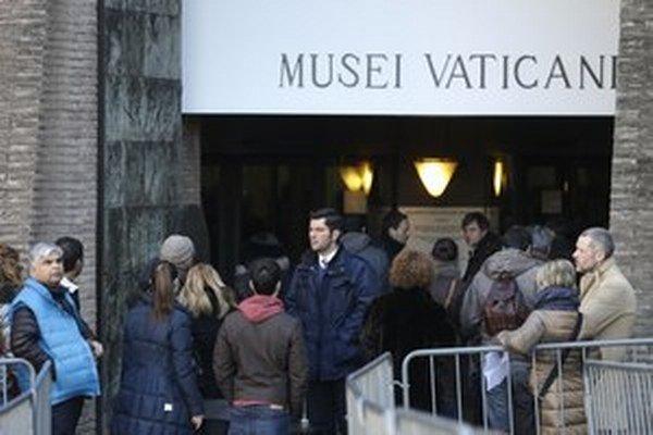 Veľa zahraničných turistov vo Vatikáne nemá pri sebe dosť peňazí, preto si ich potrebujú vybrať.
