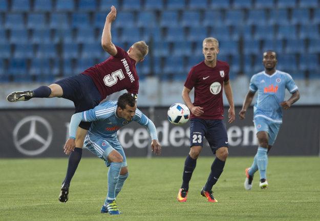 Na snímke druhý zľava hráč Slovana František Kubík a hráči FK Jelgavy vľavo Gints Freimanis a Glebs Kluškins (druhý sprava).