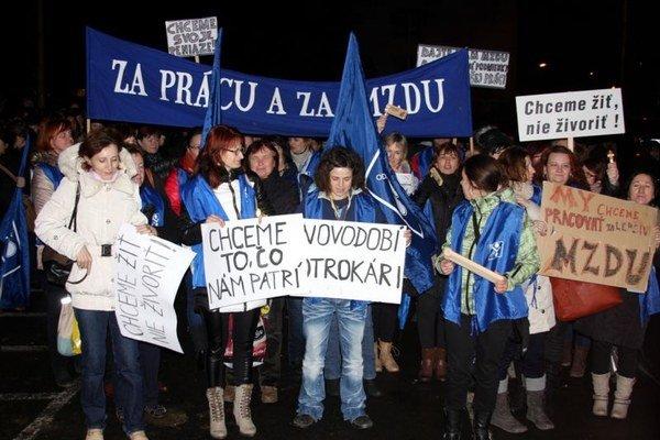Šičky protestujú proti pracovným i platovým podmienkam.