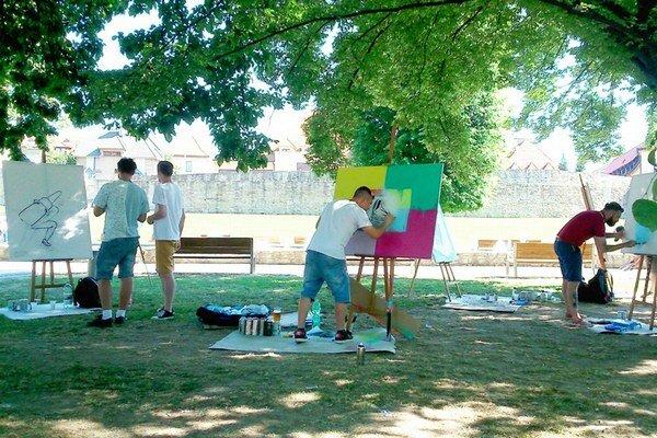 Veľké plátna v promenádnom parku.