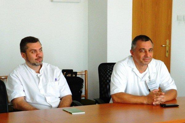 Ukrajinskí lekári Andrii Olos a Igor Rozumyk (zľava) prišli pomáhať do nemocnice vo Svidníku.