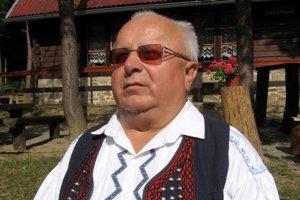 Dedinskú folklórnu skupinu v Hertníku vedie už viac ako 20 rokov nevidiaci učiteľ hudby Ľudovít Kašprik.