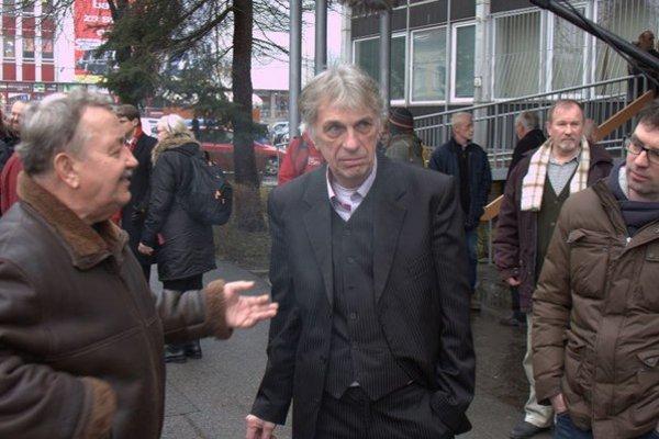 Peter Kalmus pred budovou súdu vo Svidníku.