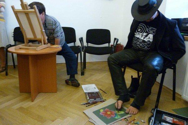 Stanisław Kmiecik (vpravo) pri maľovaní nohami.