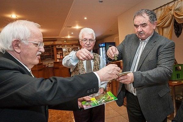 Knihu bylinkára uviedli bylinkami. J. Gdovin (v str.) akrstní František Džalai aMiron Mikita.