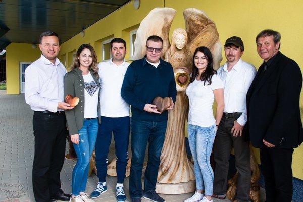 Prebrali si drevenú sochu anjela. Na akcii nechýbali prezident SFZ Ján Kováčik či reprezentačný tréner Ján Kozák.