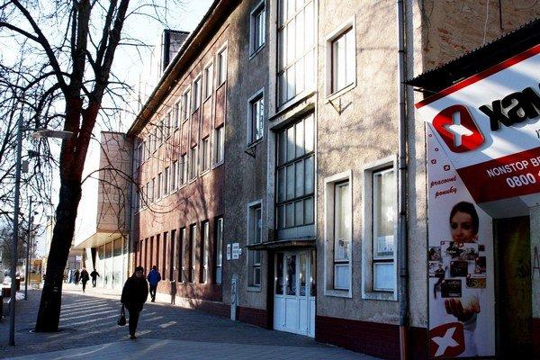 Budovu Centra voľného času postavili ešte za socializmu vakcii Z.  Petícia, zrušenie CVČ-ka apotompriamy predaj budovy vyvolali  vmeste diskusiu.