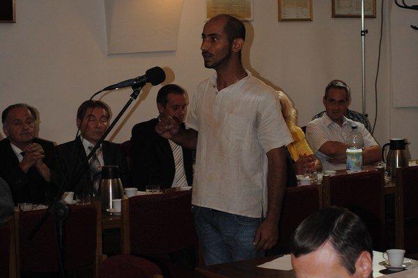 Štefan Dreveňak. Na zastupiteľstve vystúpil proti predaju budovy.