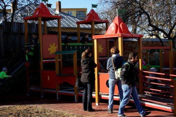Nové detské ihrisko v Kláštornom parku. Umožní integráciu hendikepovaným deťom.