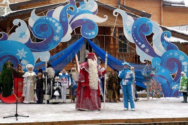 Rozprávkové narodeniny Deda Mráza. Na pódiu pred zrubom Deda Mráza bolo rušno.
