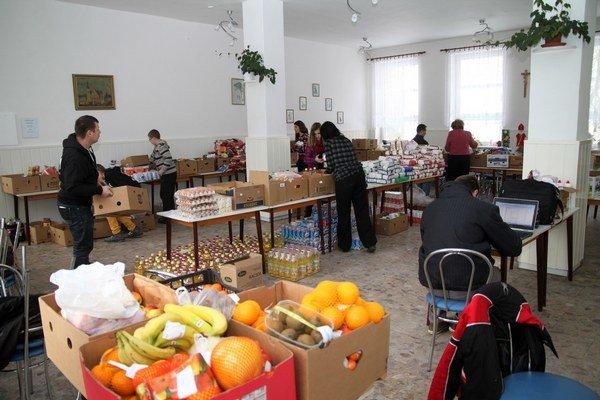 Štyri tony potravín. Takéto množstvo vyzbieraných potravín sa triedilo a balilo.
