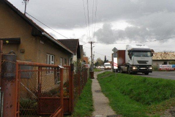 Po Nedožerskej ceste v Prievidzi jazdí aj veľa nákladných áut, komplikujú ľuďom život.