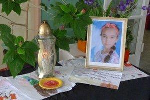 Kamaráti Mišky pri jej obraze so zapáleným kahancom zanechali množstvo obrázkov a odkazov..