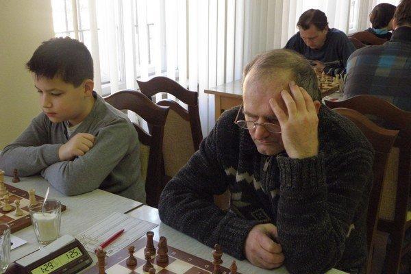 Peter Lihosit (vpravo) niekoľko sezón nechýba za šachovnicou.