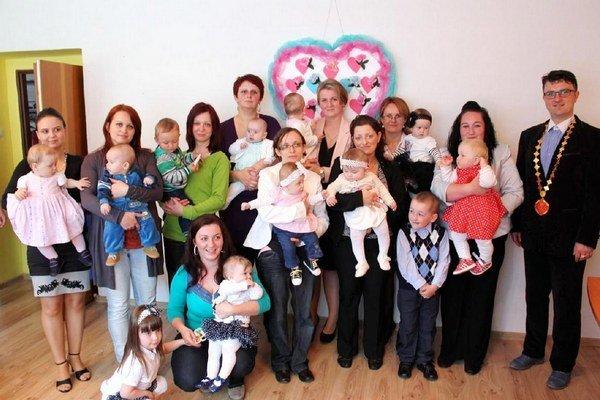 Kružlovské mamičky s deťmi. Uviedli do života obce svoje deti.