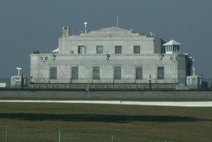 Fort Knox je opevnená vojenská základňa, ako aj jeden z najväčších skladov bankovníckeho zlata na svete. Nachádza sa v americkom štáte Kentucky.