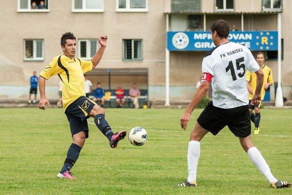 Dvojgólový strelec. Pankuch (vľavo) bojuje o loptu s kapitánom hostí Pekárom.