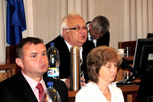 Primátor Boris Hanuščak (Smer) (v strede). Problém v zadlžovaní nevidí.